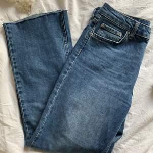 Blåa kick flair jeans från Gina tricot i storlek 38.