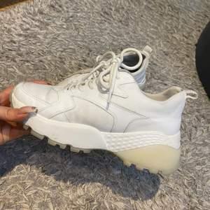 Vita sneakers i chunky modell från River Island strl 39