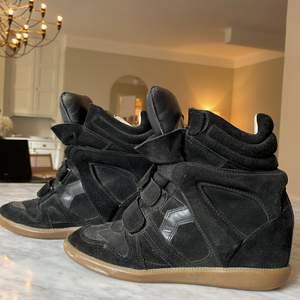 Säljer dessa Isabel Marant skorna! Storlek 40, passar 39!  Ett hål i sulan dessvärre! Märks dock inte av så mkt när man går i de. Man kan alltid köpa en ny billig sula! Buda för priset ni kan lägga! Äkta med kvitto & box, som tyvärr också har en fläck på ena hörnet.