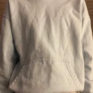 Jag säljer en pastel blå hoodie, den ser lite grå ut på ena bilden men är pastel blå! Passar bra till allt, en myskväll eller i skolan! Köparen står för frakt.