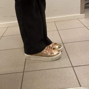 Jättefräscha sneakers från XTI, strl 38, passar som 37/36 (små i strl). Knappt använda!