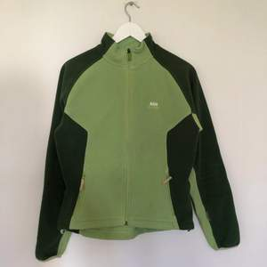 Vintage Helly Hansen Fleece i fina mint och gröna toner🍵 Den är i storlek Medium för Kvinnor. Är i vintage skick, har mindre tecken på nopper.