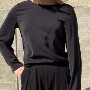 Svart topp från Gina Tricot i storlek 36. Kan mötas upp i Stockholm eller skicka mot extra kostnad. Säljer flera plagg, kolla gärna in dem!