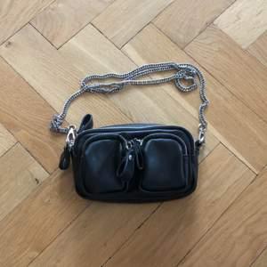Liten svart väska med silverkedja. Använd vid enstaka tillfälle, nyskick.