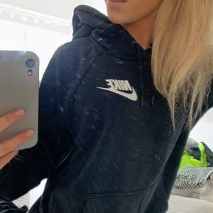 Säljer denna fina svarta Nike hoddie som är i storlek XS men är oversize så passar även en S/M ✨