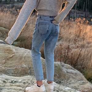 Fina stentvättade jeans från gina tricot. Använda men i mycket fint skick. Jag säljer de för att de har blivit för små. Jag är ca 160cm. Ny pris ca 500kr.
