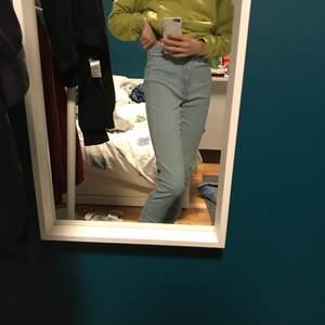 Ett par skitsnygga ganska tajta jeans som inte längre passar mig