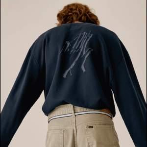 Helt ny sweatshirt från Weekday x LEE Collaboration i mörkblått. Storlek S unisex - slutsåld