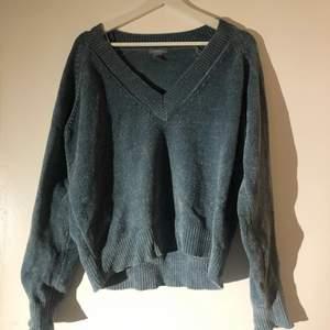 Säljer en av de skönaste tröjorna jag äger. Så mysigt material i en jättefin blå färg från Lindex. Mycket bra skick. Strl S säljer för 120kr