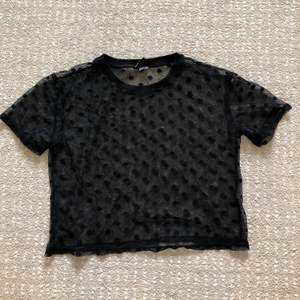 Svart mesh t-shirt med prickar i storlek XS från H&M Divided. I fint skick 🖤