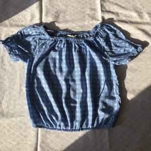 Sommrig fräsch blå blus från H&M. Använd men i väldigt bra skick! Checka gärna in mina andra försäljningar. Frågor? Bilder? Skicka så fixar jag!