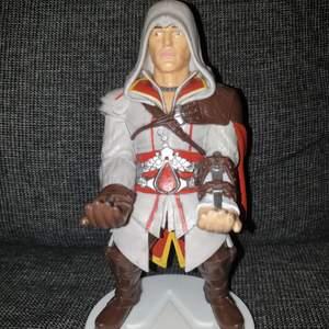 Assassin's creed hållare, väldigt bra att hålla dina grejer som din telefon. Handkontroll och läppsyll följer inte med