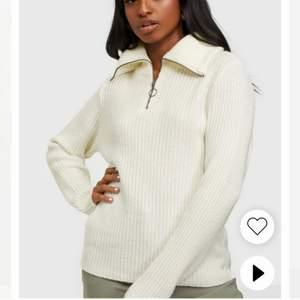 Superfin stickad tröja med zip! Använd några enstaka gånger.