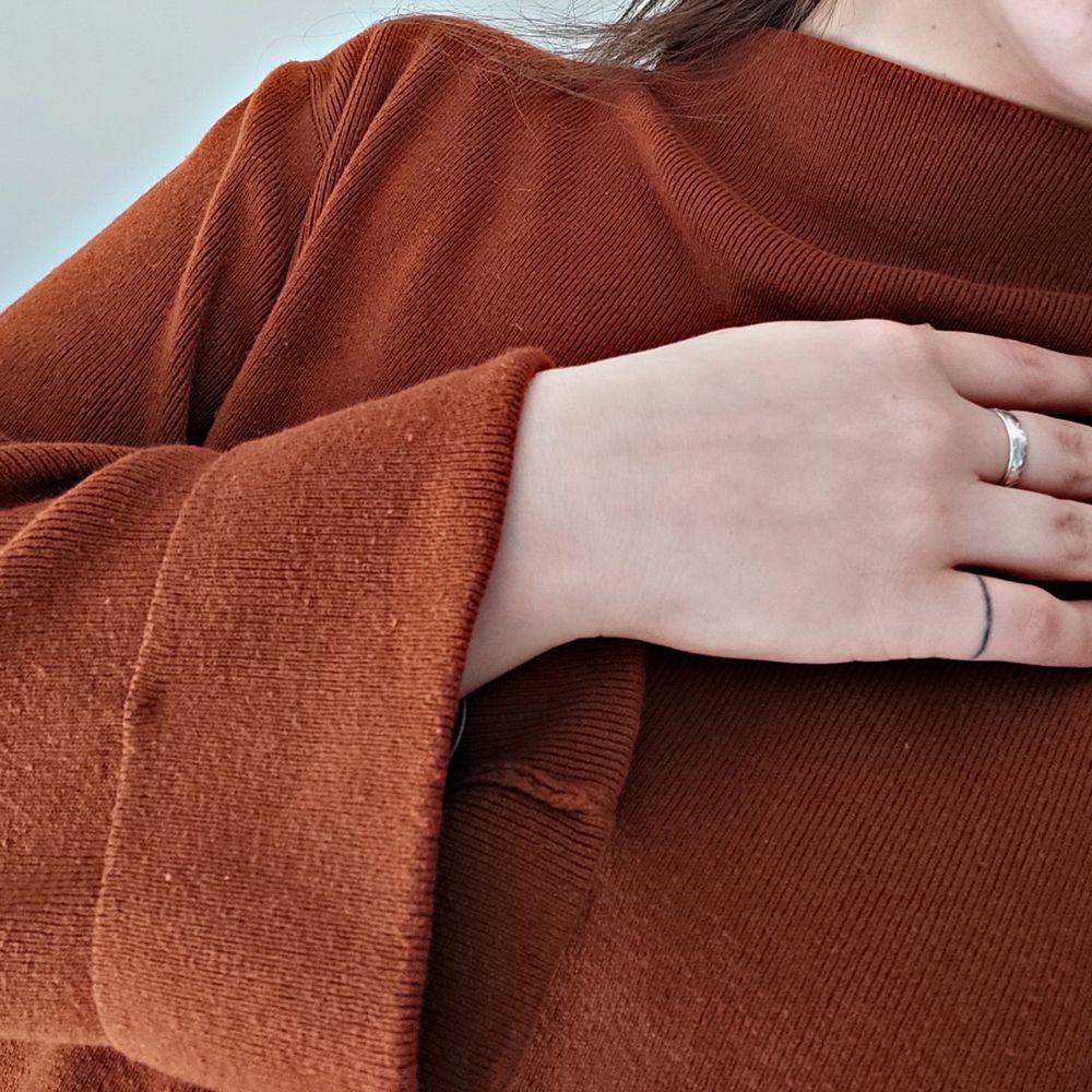 🦋Frakten ingår i priset!🦋En brun tröja i supert material! Den är väldigt bekväm och passar till nästan allt! I väldigt bra skick! Storlek: M, passar S och L också. För mer info skicka dm!. Tröjor & Koftor.