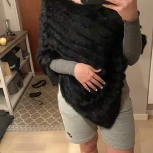 fin svart äkta päls poncho, aldrig använd, super mysig och mjuk, ny pris 1000kr passar S/M/L