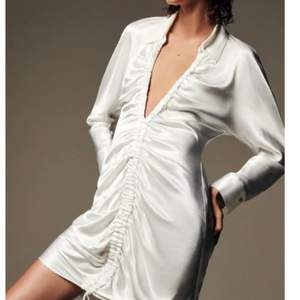 Vit klänning ifrån Zara. Använd 1 gång, alltså nyskick. Fler bilder kan skickas vid efterfrågan. Nypris 359, mitt pris 150+frakt🌞