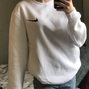 kolla gärna in mina andra Nike Sweatshirts❗️ Säljer denna Vita Nike sweatshirt i storlek S. Det är ingen budgivning utan man köper direkt för 280:- + 66 spårbar frakt! ❗️ Finns ingen lapp där bak så den är uppenbarligen inte äkta. Vid fler bilder eller liknande skriv privat