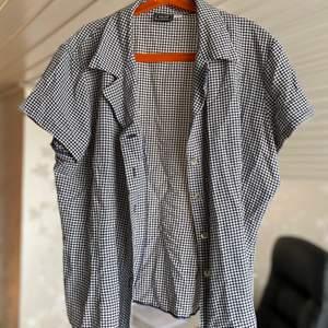 Snygg tröja i rutigt format, säljes för 60kr, frakt tillkommer 🌸
