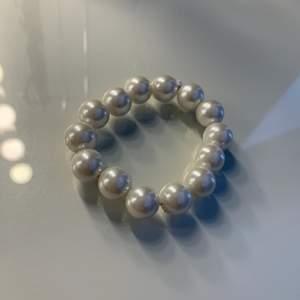 Simpelt och snyggt pärlarmband, elastiskt. Perfekt till sommaren🤩 Detta säljs för 40kr inklusive frakt.