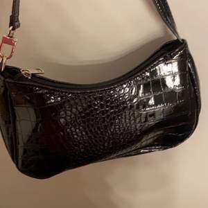 Säljer denna fina väskan från Shein som tyvärr aldrig kommit till användning. 50kr+frakt💙