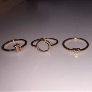 5 olika ringar som jag aldrig använt, bara testat o känner att jag inte kommer få någon användning av dem! 💗 en av ringarna är i storlek S & dem andra är S/M/L men jag tycker alla passar mig som har S/M & alla ringar kostar runt 5 kr per ring