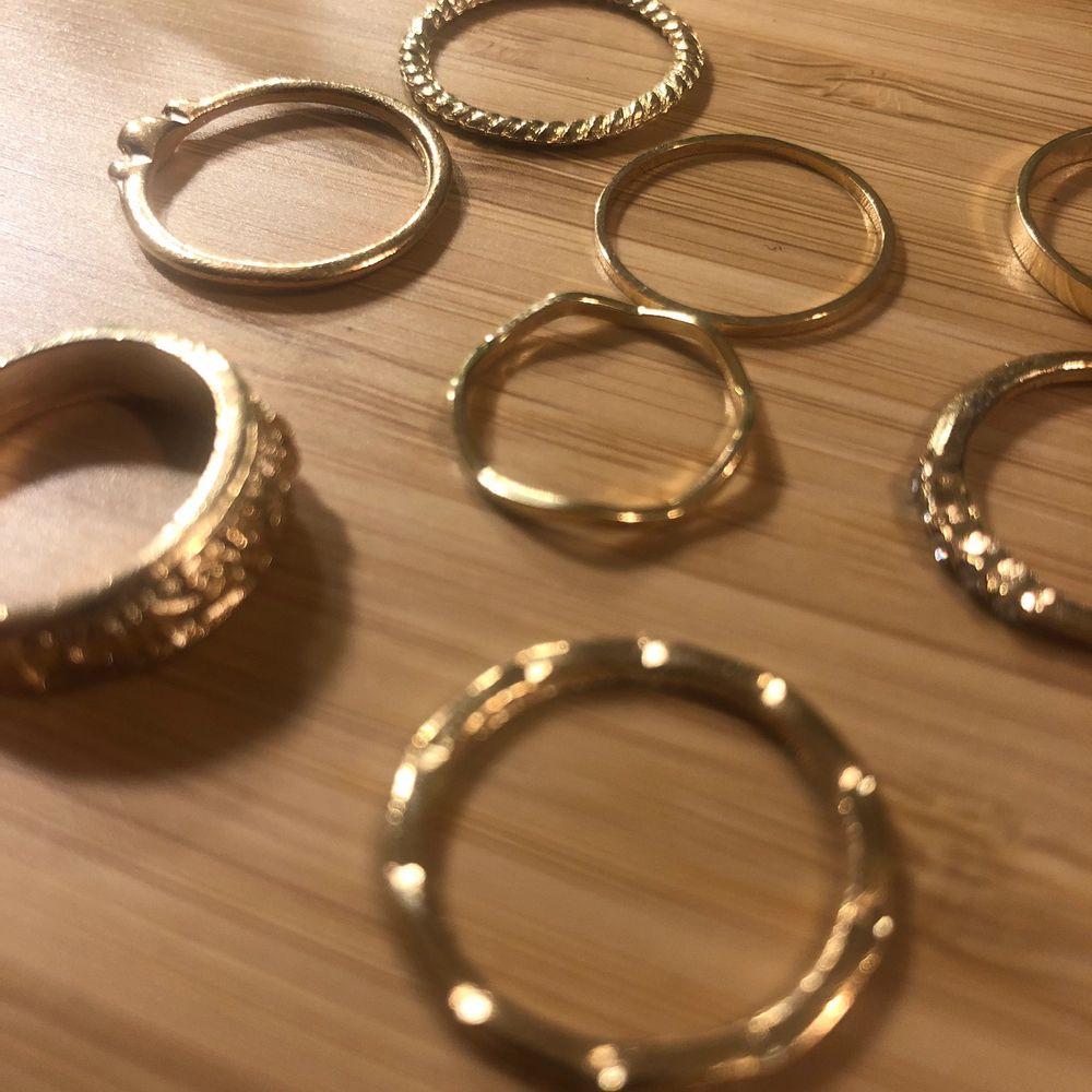 Säljer 8 stycken ringar i guld som tyvärr är för små för mig. Aldrig använda. Går att köpa enskilt men också ihop. 30 kr för alla 8. 4 kr/st❤️ Köparen står för frakten som ligger på 15 kr.. Accessoarer.