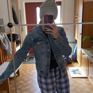 En fin vanlig jeans jacka perfekt till sommaren, köparen står för frakten🥰
