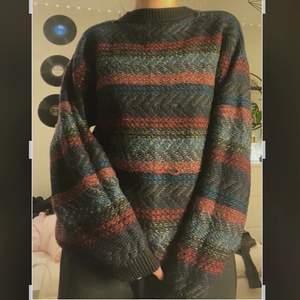 En stickad sweatshirt i mulliga färger som är oversize
