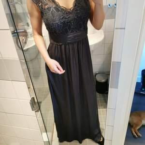Super vacker klänning från Vila. Använd på ett bröllop, en gång. Jag är 1,66cm lång och den går nästan helt över skorna. Samfraktar gärna. Frakt 69kr. Swishbetalning