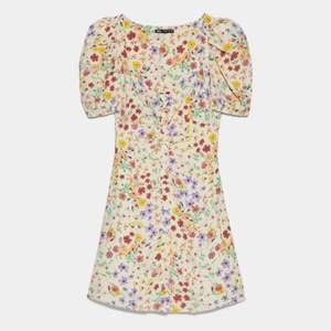 Säljer denna klänning då den är för liten för mig, prislappen är fortfarande kvar då klänningen inte är använd utan endast testad.