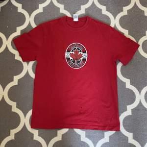 Röd t-shirt i bra skick, 100% cotton, storlek M