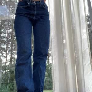 Jeans ifrån nakd, superfin blå färg st 34 men passar mig som brukar ha 36 i zara jeans. Frakt tillkommer