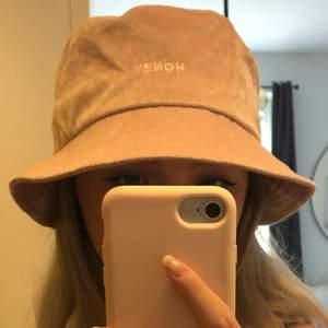 """Ljusrosa buckethat från Berska med texten """"Honey"""" på framsidan. I fint skick 💖"""