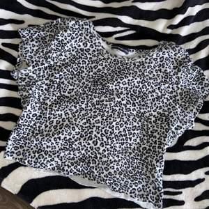 leopard babytee från brandy melville, passar storlek xs-s. fint skick🤍