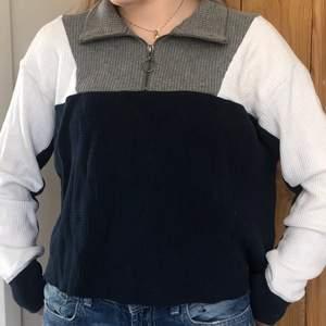 Blå, vit o grå Hollister tröja i storlek XS. Ribbat tyg och dragkedja som gör den till polo tröja! 80 kr + 66 i frakt.💕 kontakta för mer bilder eller info!💖