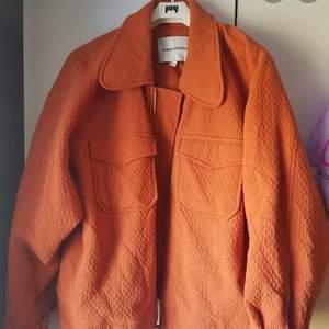 Orange vårjacka från Carin Wester! Superfin och sparsamt använd. Storlek M. Köparen står för frakt, kan även mötas upp i Stockholm.