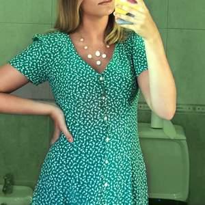 Säljer dennna assnygga klänning från Calvin Klein i storlek xs (jag är 177cm lång). Perfekt till sommaren! Endast använd ett fåtal gånger då den har blivit för liten för mig. Köpt för 1000kr på Åhléns. Köparen står för frakten.