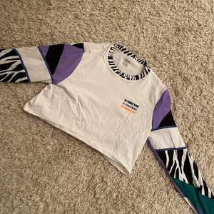 Säljer denna coola croppade tröja från märket VANS i storlek small (S)! Endast använd ett fåtal gånger och är i gott skick! Skriv om ni är intresserade eller har några funderingar😊 150+frakt!