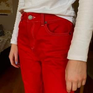 Säljer dessa coola jeans köpta på Urban Outfitters från märket BDG. Så snygga och perfekta till vår/sommar🤩Storlek 29
