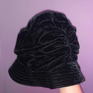 Velvet mössa/buckethat med 90s känsla i toppskick. Frakten är inkluderad i priset 🥰