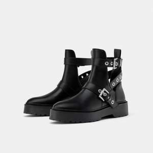 Svarta boots med silver-detaljer och cut outs, från Zara. Storlek 37. Gott skick.