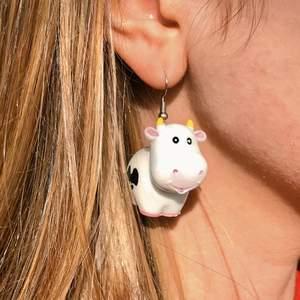 dessa öronhängen är perfekt till dig som älskar djur! dem är lite tunga men ingen som gör ont på mig iallafall. jag har även uppe en nyckelrings version på dessa! 🐄 instagram: @eunoiaidea