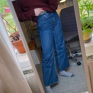 """Monki jeans """"Yoko"""" fast den croppde modellen. Dessa passar perfekt i längden på mig som är ca 164☺️ Jag har bara använt dessa fåtal gånger då dem sitter lite tajt. Så skicket är som nytt!"""