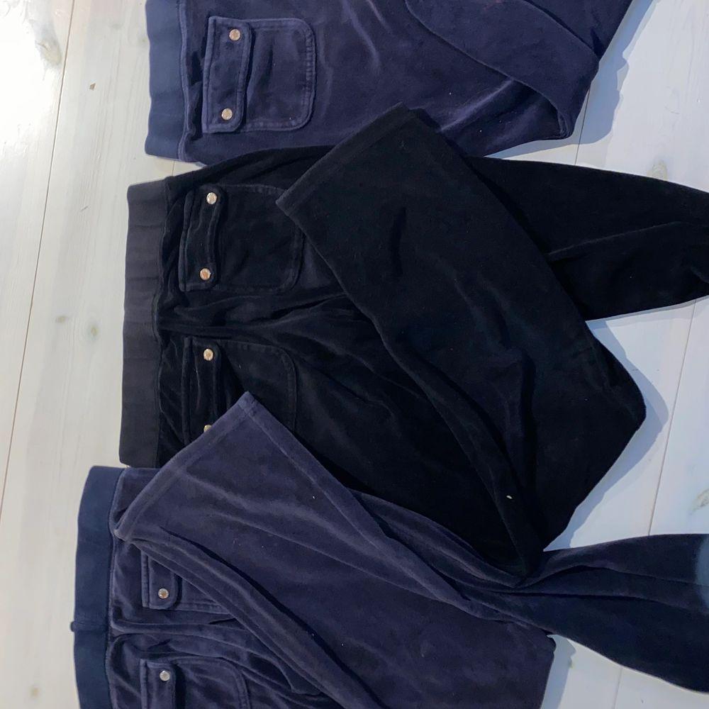 Bara ett par mörkblå kvar. Innan du frågar läs här!       Defekter: nej. Hur lång är du: 163.  Hur mycket kostar frakt: 66 och det är köparen som står för det.  . Jeans & Byxor.