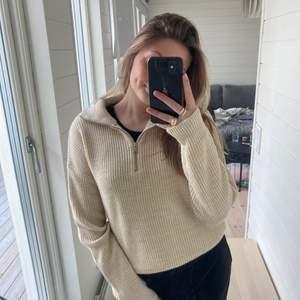 Säljer denna fina och fräsch beige stickad tröja med zip detalj i halsen från BikBok! Minns inte vad jag köpte den då jag köpte den för ett halvår sen ungefär, men säljer för betydligt lägre pris!💕💕