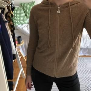 Kashmir hoodie beige från Edblad i storlek S. 10/10 skick. Köparen står för frakt💕 säljer bara vid bra bud
