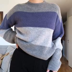 Så himla fin och mysig oversized stickad tröja från NA-KD, jättefint skick och säljer då den tyvärr inte kommer till användning. Köparen står för frakt 🤍