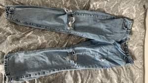 """Ett par fina blå """"slitna"""" jeans från ginatricot som jag använt 3/4 gånger men dom är inte alls slitna. Dom är i storlek 40 men var lite tighta på mig som bär M."""