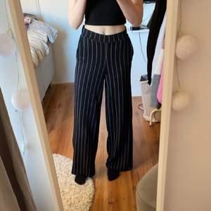 Säljer dessa byxor ifrån Gina tricot då de aldrig kommit till användning. Skönt material och väldigt långa, jag är ca 170. Säljer för 100kr +frakt 💕