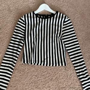 Denna tröja har ett väldigt fint randigt mönster över hela tröjan. Den har en dragkedja på baksidan utav tröjan och det gör det enklare att ta på sig den. Det är en långärmad magtröja som är använd 1 gång och är från butiken BikBok💜 Storlek: M (sitter som S). Köpte den på BikBok för 200kr.